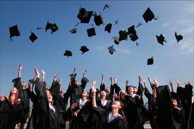 Zarobki po studiach 2018 - które kierunki studiów lepiej omijać? | Aktualności